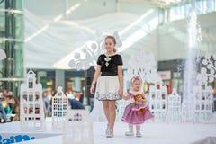 Kyiv, Ucrânia o 3 de março 2019 UKFW As crianças ucranianas formam o dia desfile modelo pequeno no pódio no desfile de moda Model imagens de stock