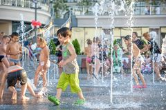 KYIV, UCRÂNIA 13 DE AGOSTO DE 2017: As crianças felizes têm o divertimento que joga na fonte de água municipal no dia de verão qu Imagem de Stock Royalty Free