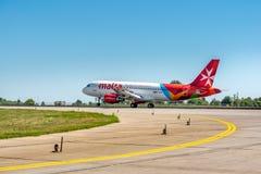 KYIV, UCRÂNIA - 26 DE MAIO DE 2018: Foto de um plano Airbus A320 da linha aérea de Malta, que seja linha aérea da carta patente E fotos de stock royalty free