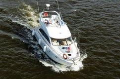 Kyiv, Ucr?nia - 18 de maio de 2019 Naviga??o poderosa do barco de motor da velocidade pelo rio Dnipro foto de stock royalty free