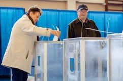 Kyiv, Ucr?nia - 31 de mar?o de 2019: 2019 pessoas votam na elei??o presidencial ucraniana foto de stock