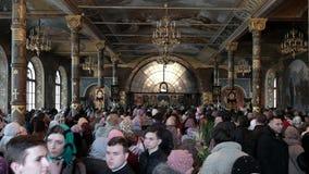 KYIV, UCRÂNIA, EM ABRIL DE 2018 Kiev-Pechora Lavra, a celebração de feriados ortodoxos Palma domingo Páscoa Uma multidão de vídeos de arquivo