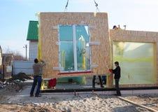 KYIV - UCRÂNIA, FEVEREIRO - 03, 2017: Instalando o painel isolado estrutural da casa de quadro - SORVO Imagem de Stock