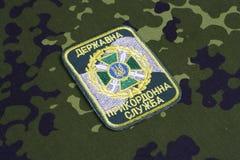 KYIV, UCRÂNIA - julho, 16, 2015 Crachá do uniforme da guarda fronteiriça de Ucrânia Fotografia de Stock Royalty Free