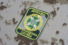KYIV, UCRÂNIA - julho, 16, 2015 Crachá do uniforme da guarda fronteiriça de Ucrânia Fotografia de Stock