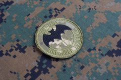 KYIV, UCRÂNIA - julho, 16, 2015 Crachá do uniforme da inteligência militar do ` s de Ucrânia fotos de stock royalty free