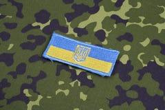 KYIV, UCRÂNIA - julho, 16, 2015 Crachá do uniforme do remendo da bandeira do exército de Ucrânia Fotografia de Stock Royalty Free