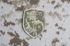 KYIV, UCRÂNIA - julho, 16, 2015 Crachá uniforme não oficial do exército de Ucrânia foto de stock