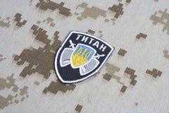 KYIV, UCRÂNIA - julho, 16, 2015 Ministério do crachá do uniforme do titã de Ucrânia dos assuntos internos Foto de Stock