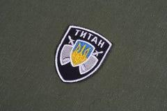 KYIV, UCRÂNIA - julho, 16, 2015 Ministério dos assuntos internos (Ucrânia) - crachá uniforme da unidade do titã no uniforme camuf fotografia de stock royalty free