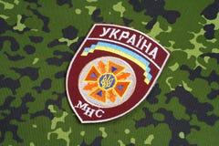 KYIV, UCRÂNIA - julho, 16, 2015 Serviço de urgências do estado do crachá do uniforme de Ucrânia Imagens de Stock Royalty Free