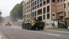 KYIV, UCRAINA - 22 AGOSTO 2016: APC BTR-80 che guida vicino al ploshcha di Poshtova stock footage