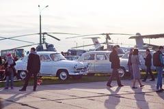 Kyiv, Ucraina - 23 aprile 2016: Molte gente, vecchie automobili e mostra di vecchie automobili - OldCarLand 2016 degli elicotteri Fotografie Stock