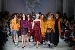 Kyiv, Ucraina - 7 febbraio 2017: I modelli camminano la pista durante Fotografia Stock