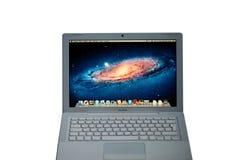 KYIV, UCRAINA - 15 giugno 2017: Computer portatile di MacBook nel colore bianco Fotografie Stock Libere da Diritti