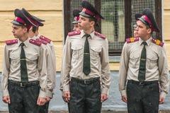 KYIV, UCRAINA, il 26 maggio 2017; Una cerimonia in onore della conclusione dell'anno scolastico nel liceo militare di Ivan Bohun Fotografie Stock Libere da Diritti