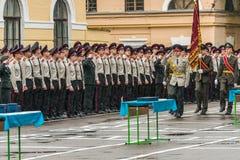 KYIV, UCRAINA, il 26 maggio 2017; Una cerimonia in onore della conclusione dell'anno scolastico nel liceo militare di Ivan Bohun Immagine Stock Libera da Diritti