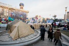 KYIV, UCRAINA: La gente cammina dopo le tende dell'esercito dei dimostratori antigovernativi durante la protesta pro-europea Fotografia Stock Libera da Diritti