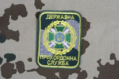 KYIV, UCRAINA - 16 luglio, 2015 Distintivo dell'uniforme della guardia di frontiera dell'Ucraina Immagini Stock Libere da Diritti