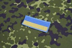 KYIV, UCRAINA - 16 luglio, 2015 Distintivo dell'uniforme della toppa della bandiera dell'esercito dell'Ucraina Immagine Stock
