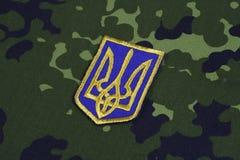 KYIV, UCRAINA - 16 luglio, 2015 Distintivo dell'uniforme dell'esercito dell'Ucraina Fotografie Stock Libere da Diritti