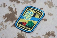 KYIV, UCRAINA - 16 luglio, 2015 Distintivo dell'uniforme dell'esercito dell'Ucraina Immagine Stock Libera da Diritti