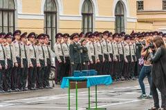 KYIV, UCRAINA - 26 maggio 2017: Cerimonia in occasione dell'estremità dell'anno accademico nel liceo militare di Kiev di Ivan Boh Fotografia Stock Libera da Diritti