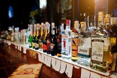KYIV, UCRAINA - 25 MARZO 2016: Vario bott delle bevande alcoliche Immagini Stock Libere da Diritti