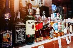 KYIV, UCRAINA - 25 MARZO 2016: Vario bott delle bevande alcoliche Immagine Stock Libera da Diritti