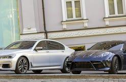 Kyiv, Ucraina - 12 novembre 2017: Automobili costose di lusso su un PA Fotografie Stock