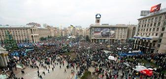KYIV, UCRAINA: Punto di vista superiore della gente di migliaia nella folla della dimostrazione antigovernativa durante la settima Fotografie Stock Libere da Diritti