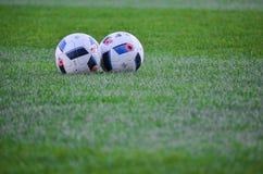 KyiV, UCRAINA - 2 settembre 2016: Lyin del pallone da calcio di due funzionari Fotografia Stock