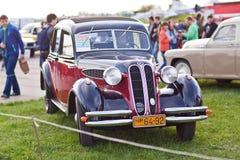 KYIV, UCRANIA - 22 de abril de 2016: El coche BMW 321 se presenta en el festival de los coches OldCarLand-2016 del vintage en Kie Fotografía de archivo