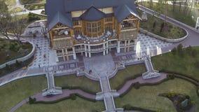 KYIV, UCRANIA - 7 de abril de 2016: Vista aérea de una casa de madera del país de lujo hermoso almacen de video