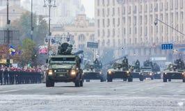 KYIV, UCRANIA - 24 DE AGOSTO DE 2016: Desfile militar adentro, dedicado al Día de la Independencia de Fotografía de archivo libre de regalías