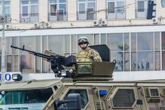 KYIV, UCRANIA - 24 DE AGOSTO DE 2016: Desfile militar adentro, dedicado al Día de la Independencia de Imágenes de archivo libres de regalías
