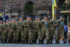 KYIV, UCRANIA - 24 DE AGOSTO DE 2016: Desfile militar en Kyiv, dedicado al Día de la Independencia de Ucrania Ucrania celebra 25t Imágenes de archivo libres de regalías