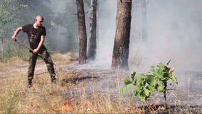 KYIV, UCRANIA - 16 DE AGOSTO DE 2015: Firefights alistados masculinos en el incendio forestal de DVRZ metrajes