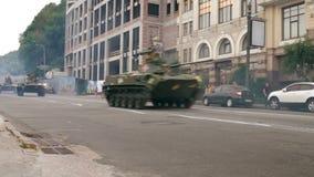 KYIV, UCRANIA - 22 DE AGOSTO DE 2016: IVF BMD-2 que conduce cerca del ploshcha de Poshtova almacen de video