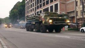 KYIV, UCRANIA - 22 DE AGOSTO DE 2016: MRL BM-30 Smerch 9A52-2 que conduce cerca del ploshcha de Poshtova metrajes