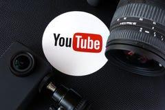 KYIV, UCRANIA - 7 de diciembre de 2016: Logotipo de YouTube en una caja y cámaras Imagen de archivo