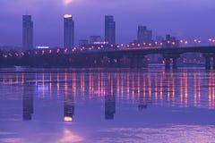 KYIV, UCRANIA 22 de enero de 2017: Colores hermosos de la salida del sol Vista al puente de Paton y a la margen izquierda del Dni Fotos de archivo libres de regalías