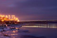 KYIV, UCRANIA 22 de enero de 2017: Pocos minutos antes de la salida del sol Vista al puente del metro y a la orilla derecha del D Imagenes de archivo