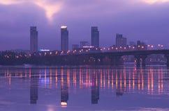 KYIV, UCRANIA 22 de enero de 2017: Salida del sol en la ciudad Vista al puente de Paton y a la margen izquierda del Dnipro Imagen de archivo libre de regalías