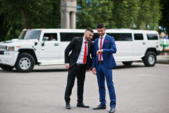 Kyiv, Ucrania - 25 de junio de 2015: Dos hombre de negocios árabe elegante mA Imagenes de archivo