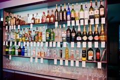 KYIV, UCRANIA - 25 DE MARZO DE 2016: Diverso bott de las bebidas alcohólicas Foto de archivo