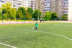 Kyiv, Ucrania - 21 de mayo de 2017: El campo de fútbol del fútbol Imagen de archivo