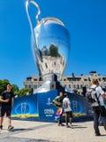 KYIV, UCRANIA - 26 DE MAYO DE 2018: El final de los campeones liga, fans del equipo de Real Madrid se coloca en el cercano cuadra imagen de archivo