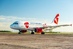 KYIV, UCRANIA - 26 DE MAYO DE 2018: Foto de un CSA - avión Airbus A319-112 de Czech Airlines, que es carta o asiduo Imagenes de archivo