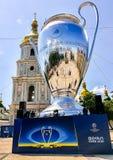 Kyiv, Ucrania - 24 de mayo de 2018 - 20 metros de alto modelo de la taza de la liga de los campeones en el cuadrado de Sophia en  fotos de archivo libres de regalías